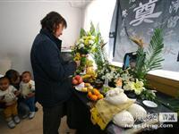 内蒙古越狱事件遇害狱警家中设灵堂悼念[图集]