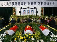 救人溺亡大学生追悼会举行 数万人送别英雄[图集]