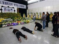 各地民众涌向荆州哀悼救人溺亡大学生[图集]