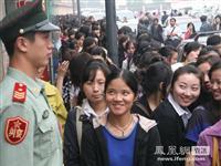 """南京两千女孩排队""""当兵"""" 队伍长达一公里[图集]"""
