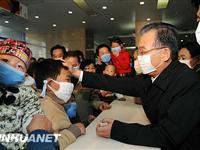 温家宝在北京儿童医院看望甲流患者[图集]