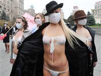 """乌克兰美女身穿""""口罩"""" 反对用甲流制造恐慌[图集]"""