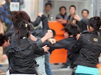 丹东街头多名男女因口角之争爆发群殴[图集]
