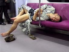 网友晒日本人电车里的睡姿[图集]