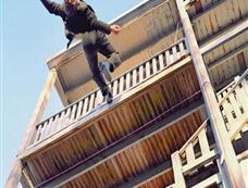美国摄影师自拍高空坠落的瞬间[图集]