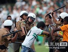 巴甲联赛末轮上演血案 警察围殴球迷[图集]