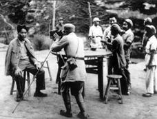 毛泽东在延安珍贵照片:摄影师为其拍照
