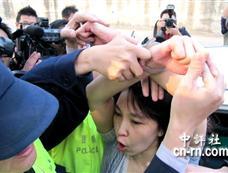 """台""""人权""""园区爆冲突 施明德妻被上手铐[图集]"""