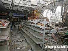 武汉20余人用挖掘机拆破超市外墙搬光货物[图集]