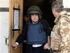 英国首相布朗全副武装突访阿富汗[图集]