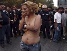 危地马拉私刑猖獗 一女子被当街扒衣殴打[图集]