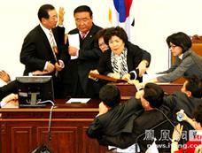 韩国国会议员在会场发生肢体冲突[图集]