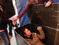 武汉大学生棺材里反思生命的意义[图集]
