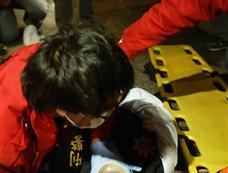 抗议者烟花轰击陈云林下榻酒店 警员制止被推下车[图集]