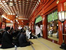 日本商人新年聚集神社求财运[图集]