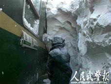 武警抢救内蒙古被埋列车内旅客[图集]