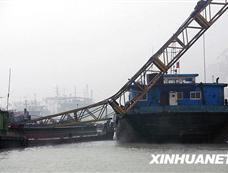 """武汉码头塔吊""""断臂""""砸中两货船[图集]"""