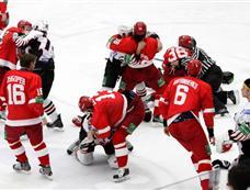 俄冰球联赛爆发群殴 30人一对一单挑[图集]