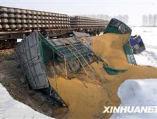 哈尔滨一辆货车与火车相撞[图集]