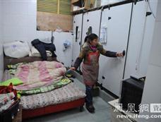 """杭州一公共厕所变员工宿舍 10来人""""厕居""""[图集]"""