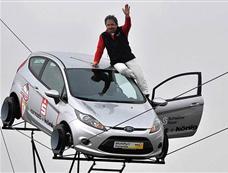 德国杂技艺人在25米高钢丝上开汽车[图集]