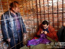 九江一青年犯病就打人 父亲无奈将其锁笼中[图集]