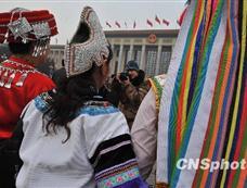 少数民族女代表盛装出席大会引关注