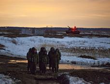 俄罗斯精锐摩托化部队在莫斯科附近实行夜战训练