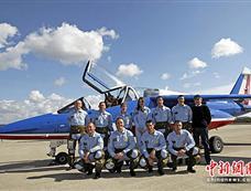 布鲁尼着军装走访慰问法国空军飞行表演队