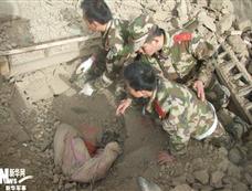 震中驻军官兵徒手挖出960名民众[图集]