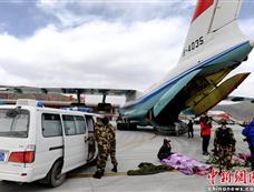玉树30余名伤员搭乘运输机飞往成都救治