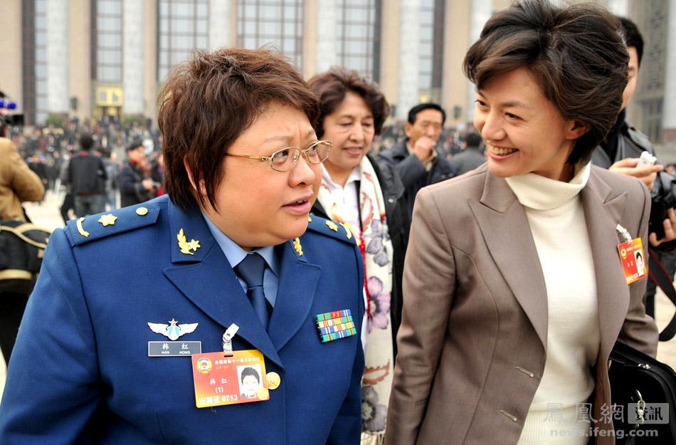 韩红委员和海霞委员神态轻松走出人民大会堂.
