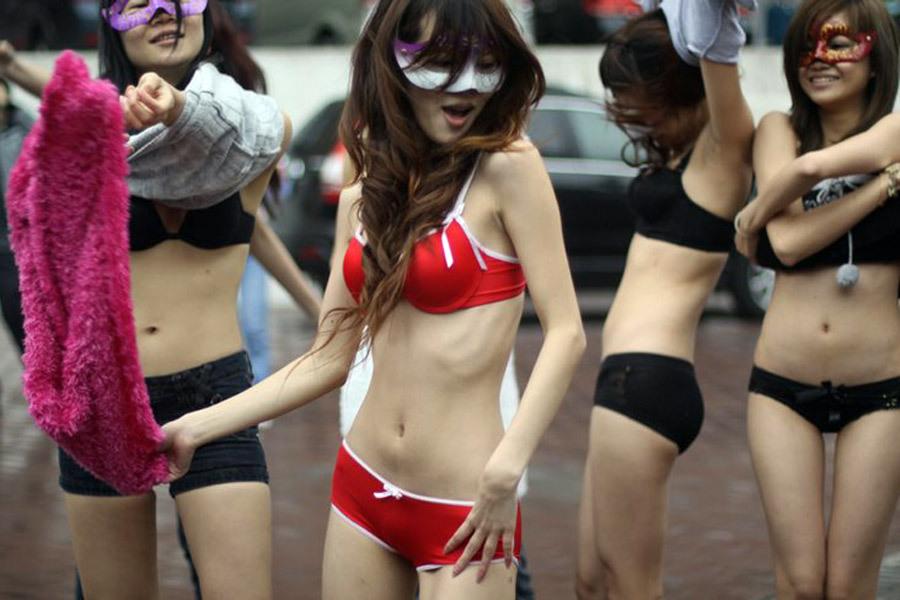广州8名美女另类征婚 街头着内衣跳劲舞向男性