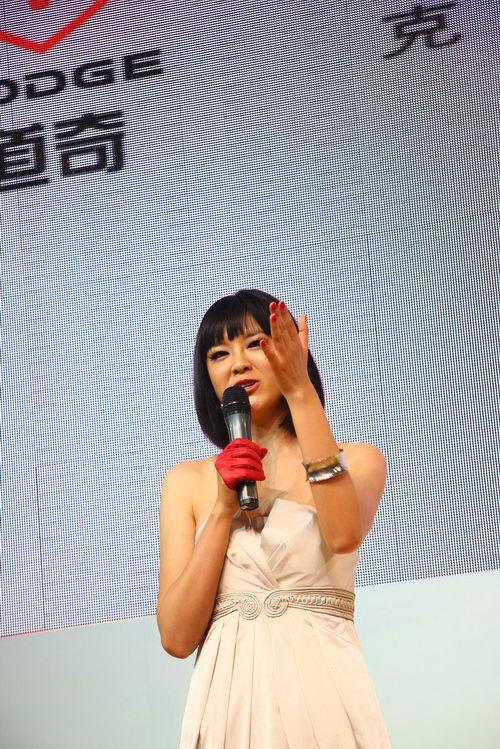 红丝袜的诱惑 美女主持李艾亮相上海车展