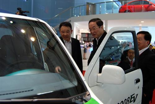 上海市委书记俞正声莅临众泰汽车展台视察