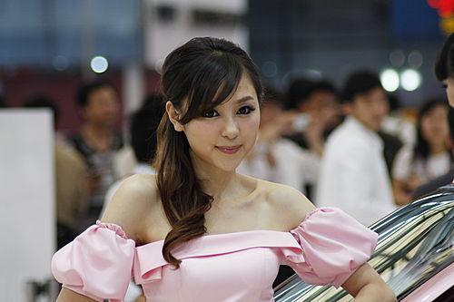两门QQ五月上市 粉色可爱车模挑战你的视觉(2)