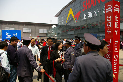 上海车展公众开放首日 不文明现象屡见不鲜
