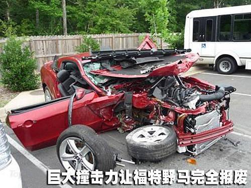 19岁青年开跑车160公里时速车祸 三人受伤
