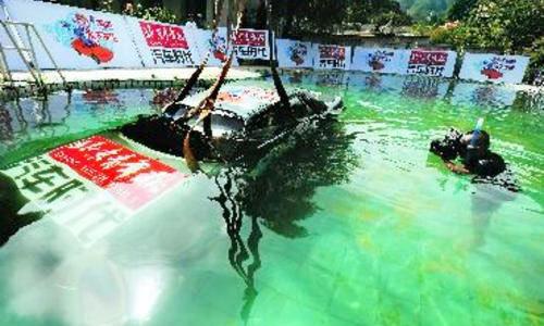北京青年报完成中国首例汽车落水逃生试验