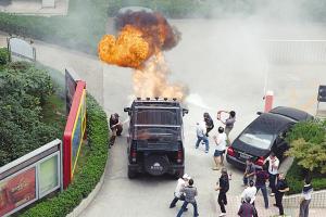 百万悍马婚车发生自燃 最终变空壳-视频