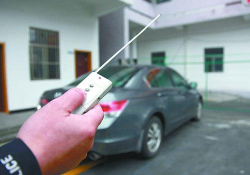 电子干扰器操控车锁 车内现金不翼而飞