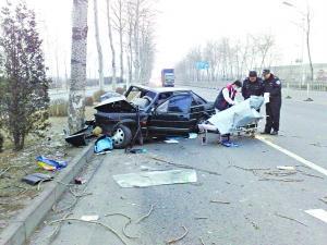 桑塔纳撞大树车头严重变形 司机当场身亡\(图\)