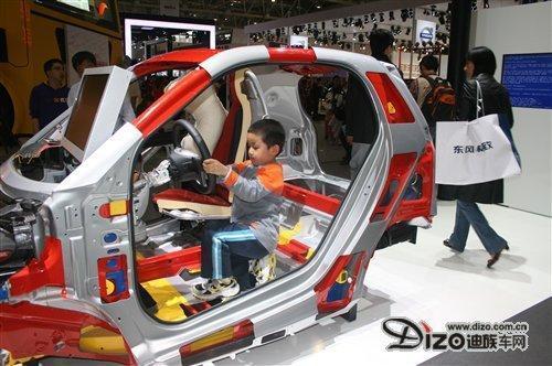 北京车展最资深小车迷 7岁男孩悠悠拥有千辆车模