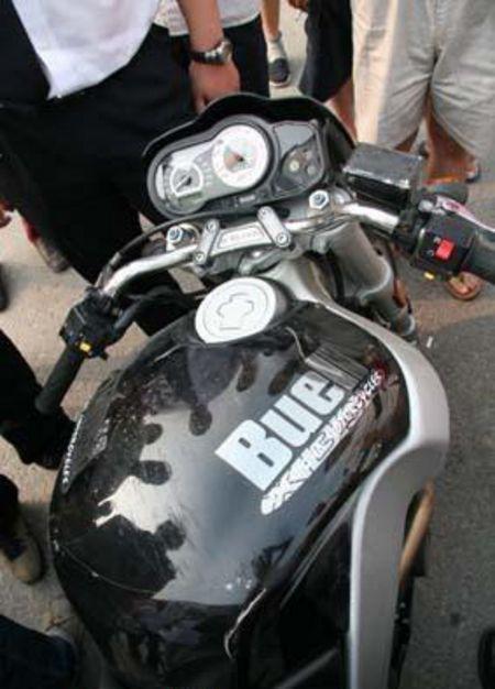 美国摩托车与夏利相撞 摩托车完胜(组图)