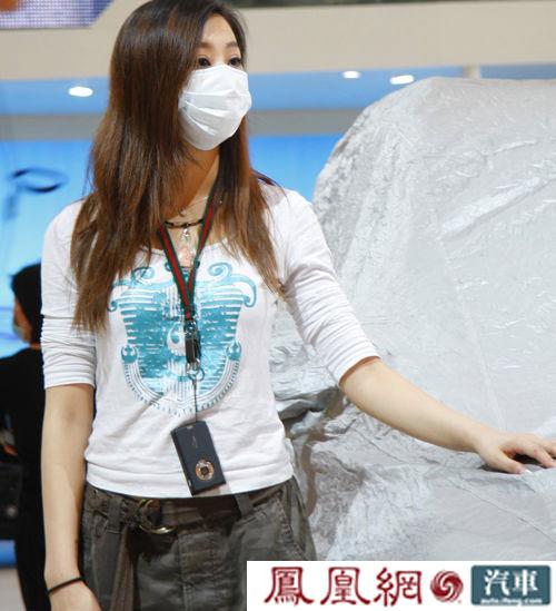 上海车展现场 口罩美女车模诱惑无限