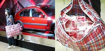 年轻女孩拎一编织袋钞票逛车展