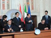 广汽集团董事长张房有和菲亚特集团CEO马尔乔内在罗马签署了协议