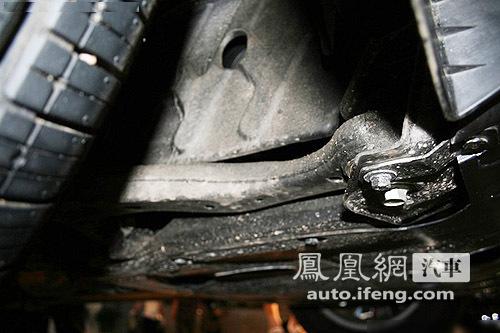 悬架结构实拍,麦弗逊悬架中的钢制下摆臂与前副车架相连.-技术解高清图片