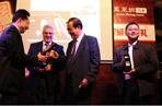 娱乐营销大奖颁奖:从左到右依次是全国乘用车市场信息联席会主席饶达先生上海通用汽车市场营销部雪佛兰市场营销部长Steve betz先生,北京现代副总经理张志勇先生,一汽奔腾华南大区执行经理赵津哲先生。