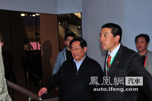 科技部部长万钢亲临北京车展现场参观
